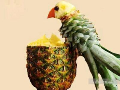 Preparation of pineapple parrot.
